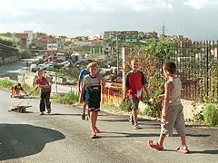Albánští kluci v jedné z bohatších městských čtvrtí Tirany