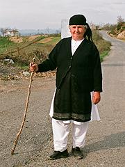 Paní v oblečení typickém pro oblast střední Albánie