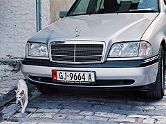 Některé Mercedesy jsou svými albánskými pány hýčkány denodenním umýváním a leštěním