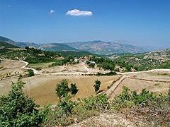 Prašné cesty ve vnitrozemí Albánie přímo vybízí kvýletům na kolech – vesnice nad městem Kelcyrë