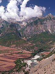 Přes pohoří Nemerçkë prý existuje stezka vedoucí až křece Vjosä