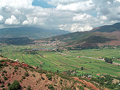 Zemědělská půda u města Elbasan obklopeného horami – střední Albánie