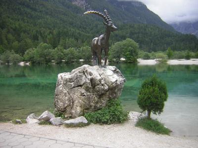 Socha Zlatoroga u jezera Jasna