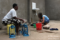 Všeobecný názor vTanzanii je, že mzungu (běloši) žádné domácí práce nedělají a neumí, na všechno mají služky.