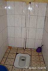 Záchodyjsou tureckého typu (mimo záchodů vbílých koridorech)