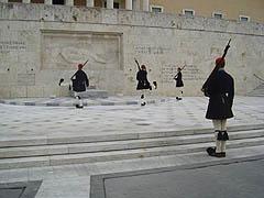 Athény, střídání stráží před parlamentem na náměstí Syntagma