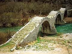 Jeden z mnoha mostů spojujících vesnice v horské oblasti Zagoria