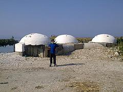 Pláž Palermo – zbytky tří bunkrů, o pár metrů jsou další a další