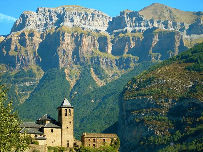 Pyreneje - turistika, hory, národní parky a památky Pyrenejí
