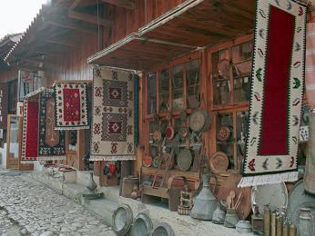 Bazarová ulička ve městě Krujä je vyhlášená po celé Albánii