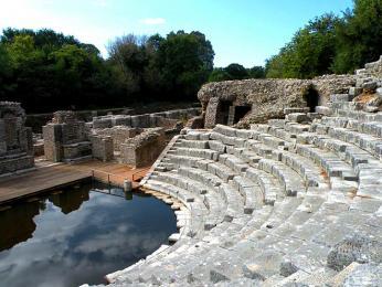 Původní jeviště amfiteátru v Butrintu je dnes zaplavené vodou