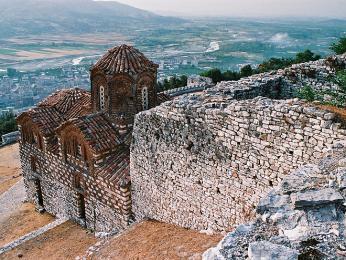 Byzantský kostelík ve zbytcích obvodových zdí hradu nad městem Berat