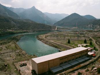 Pohled na elektrárnu z přehrady