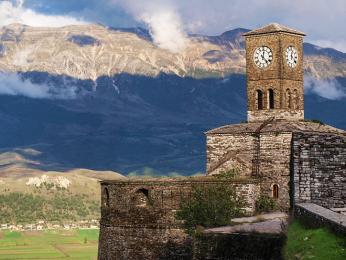 Hodinová věž citadely nad městem Gjirokastër