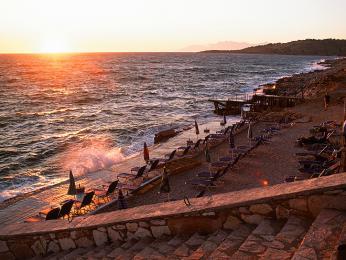 Většina albánských hotelů nabízí svou pláž již slehátky aslunečníky