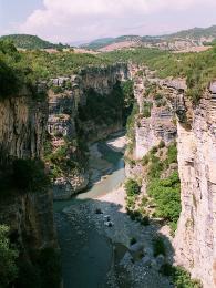 V září bývá stav vody tak nízký, že můžete brodit koryto řeky pěšky