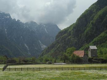 Ve vesnicici Theth stojí turisticky nejznámější kulla v Albánii