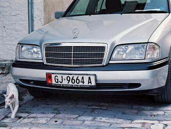 Některé Mercedesy jsou svými albánskými pány denně hýčkány umýváním aleštěním