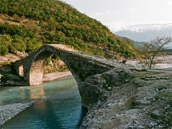 Most nad přítokem řeky Vjösa, který je lidmi stále používán, pro auta je o něco níže po proudu brod