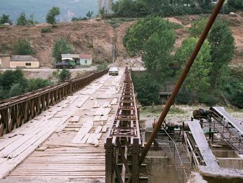 Některé albánské mosty nejsou v moc dobrém stavu, ale jezdit po nich lze