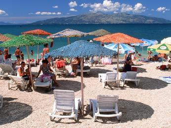 Pláže a bary v přímořském městě Sarandë