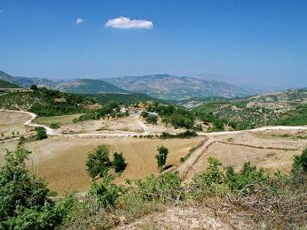 Prašné cesty ve vnitrozemí Albánie přímo vybízí k výletům na kolech