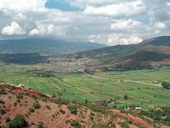 Zemědělská půda u města Elbasan obklopeného horami