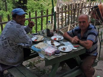 Většina starších Albánců mluví pouze albánsky, ale domácí rakije a skopové setře nejednu bariéru