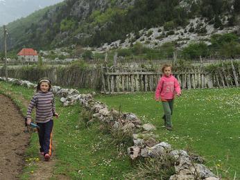 Ve vesnici Theth jsou na turisty zvyklí - děti tu mluví anglicky aobčas nabízí iprůvodcovské služby