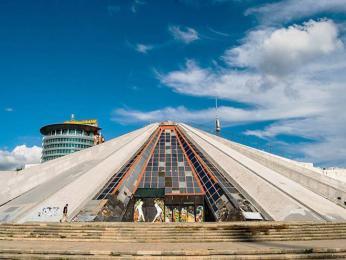 Moderní pyramida měla sloužit jako mauzoleum Envera Hodžy
