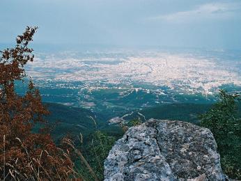 Letecký pohled na albánské hlavní město Tirana z národního parku Dhajt