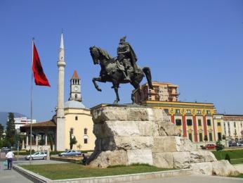 Jezdecká socha na Skanderbegově náměstí vhlavním městě Tiraně