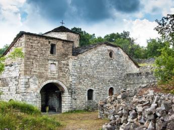 Jeden z dochovaných pravoslavných kostelů ve vesnici Voskopojë