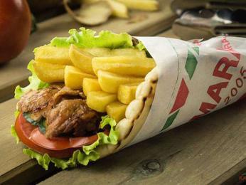 Kebab zabalený vpita chlebu shranolky se vjižní Albánii nazývá gjiro