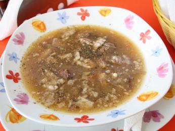 Netradiční snídaní může být pro mnohé polévka pacë koke