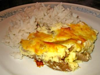 Pečené jehněčí nebo skopové srýží, tavë kosi, je albánským národním jídlem
