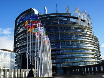 Vmoderní budově Evropského parlamentu probíhají zasedání zemí EU