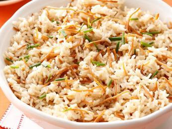 Základem pilafu je rýže či bulgur vařený ve vývaru ochuceném kořením