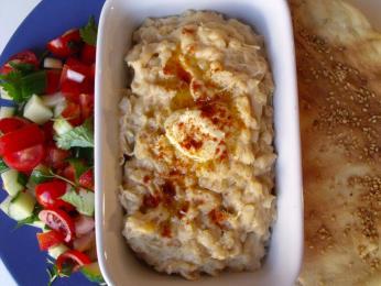 Hutná pšeničná kaše harissa skousky masa se podává hlavně na Velikonoce