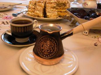 Tradiční černá káva se vArménii připravuje vdžezvě