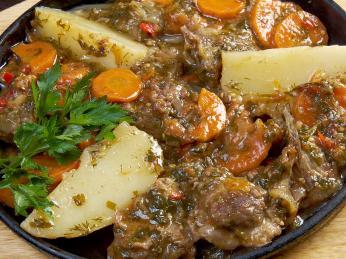 Zeleninový pokrm kčuč sjehněčím nebo rybou se podává vkeramické misce
