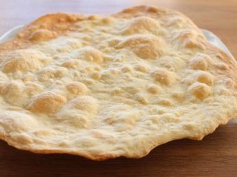 Nekvašený chléb lavaš se peče na stěnách rozpálené hliněné pece