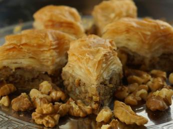 Paklavu tvoří filo těsto svlašskými ořechy a medem, skořice ahřebíček