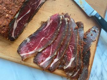 Sušené hovězí maso pastirma kořeněné pískavicí, paprikou ačesnekem