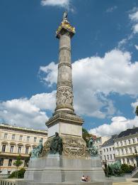 Sloup Colonne du Congrès byl vztyčen, aby připomínal první belgický parlament