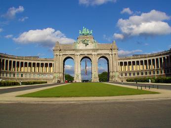 Monumentální vítězný oblouk je vstupem do Parku Cinquantenaire