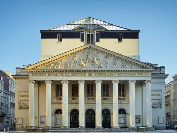 Neoklasická budova bruselské opery - Théâtre de la Monnaie