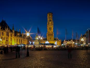 Zvonice Belfort bývalé tržnice dominuje Velkému náměstí