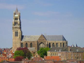 Katedrála svatého Salvátora je vystavěna ze žlutých cihel