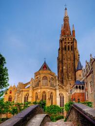 Kostel Panny Marie vyniká svou 122m vysokou věží